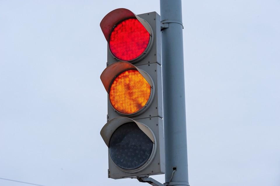 В Орле за полгода более 90 водителей оштрафовали за проезд на красный сигнал светофора