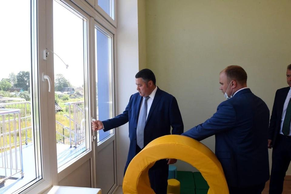 Игорь Руденя осмотрел здание детсада, проверил, как сделаны двери и окна. Фото: ПТО