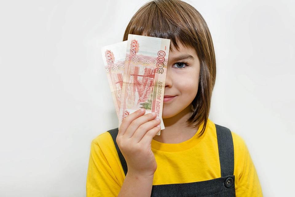 Более 200 млрд. рублей направит правительство на единовременные выплаты на школьников от 6 до 18 лет.