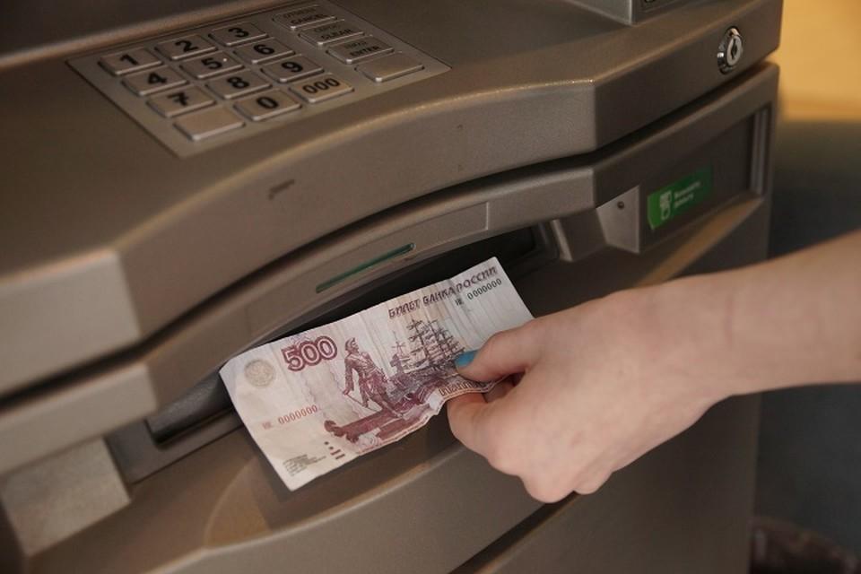 Женщина поверила мошенникам, обналичила свои сбережения и перевела их злоумышленникам