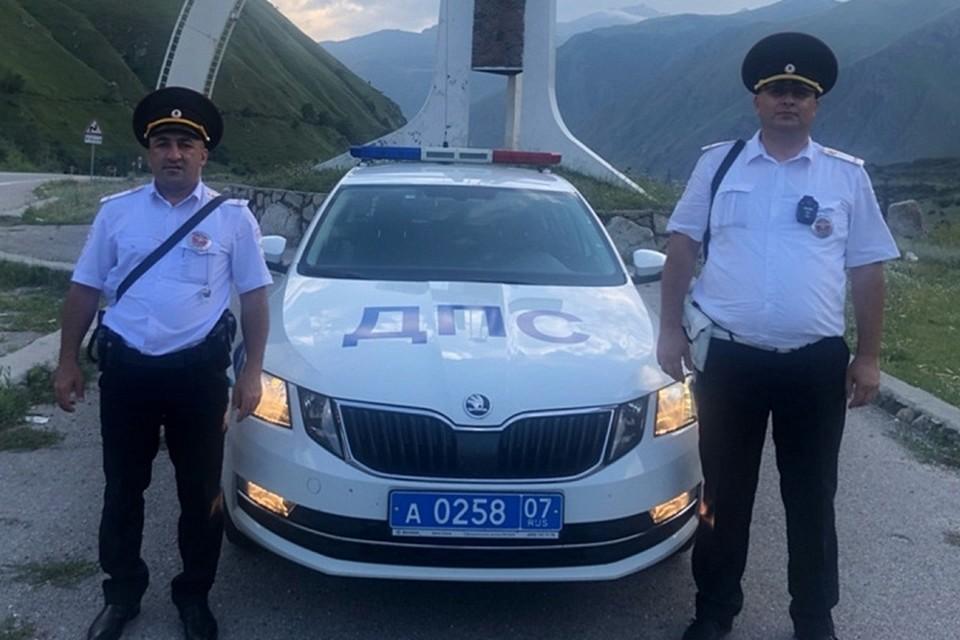На фото: лейтенанты полиции Анзор Этезов и Магамет Жашуев.