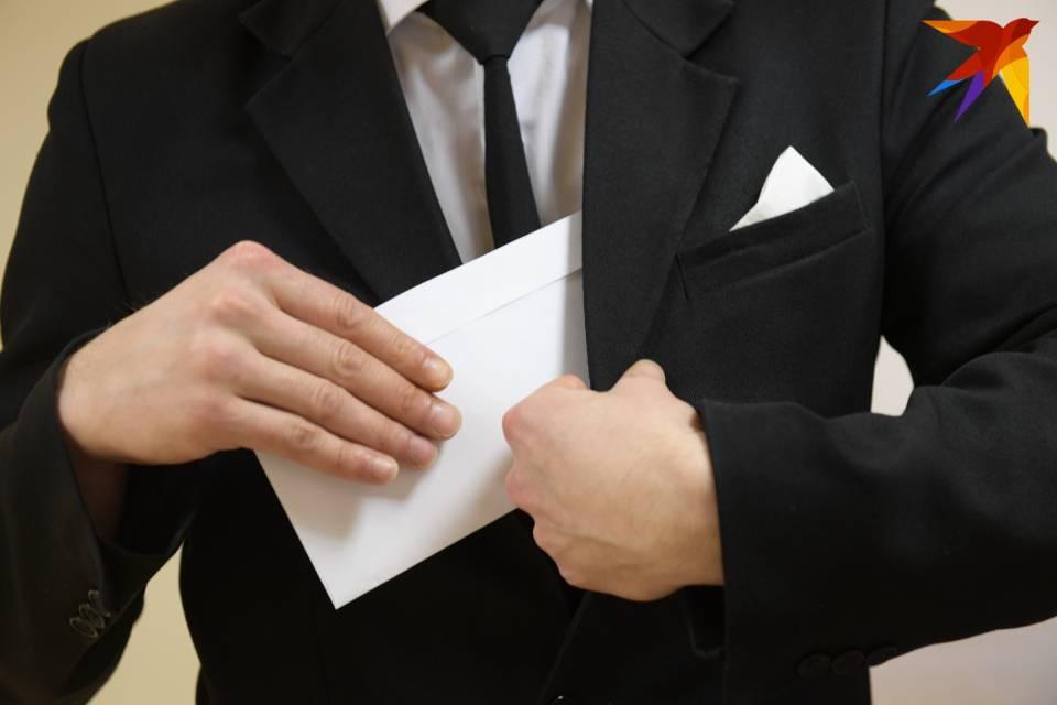 Начальство строительной фирмы дало деньги человеку, который решил уволиться.