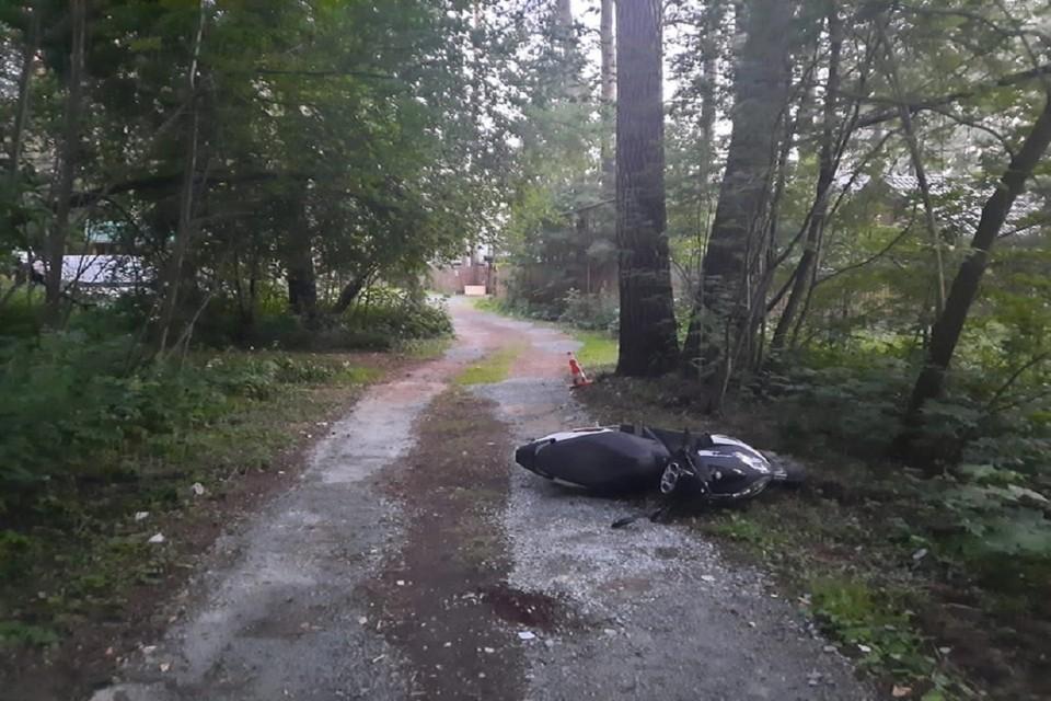 Сибиряк на мопеде сломал череп, влетев дерево. Фото: ГИБДД по НСО.