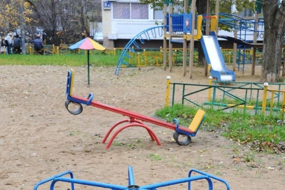 Инцидент произошел, когда две девочки катались на качелях-балансирах