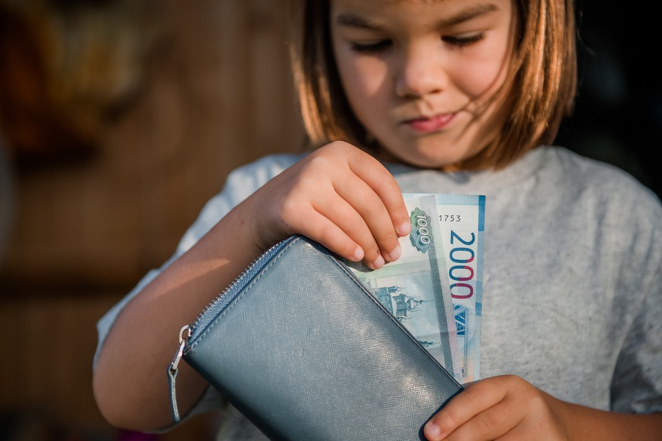 Эксперты предлагают платить социальные пособия всем без исключения, но вводить эти выплаты поэтапно.