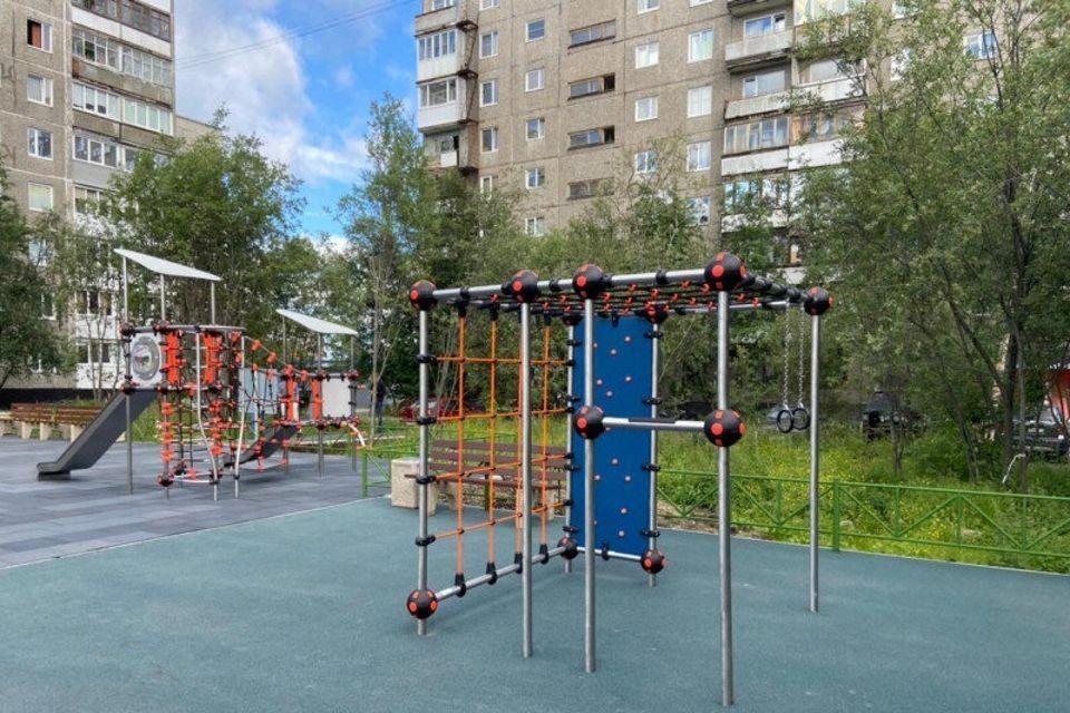 В этом году в Заполярье планируется оборудовать 86 детских игровых и спортивных комплексов.
