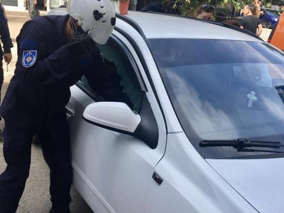 Спасателям пришлось разбить окно автомобиля (Фото: dse.md).
