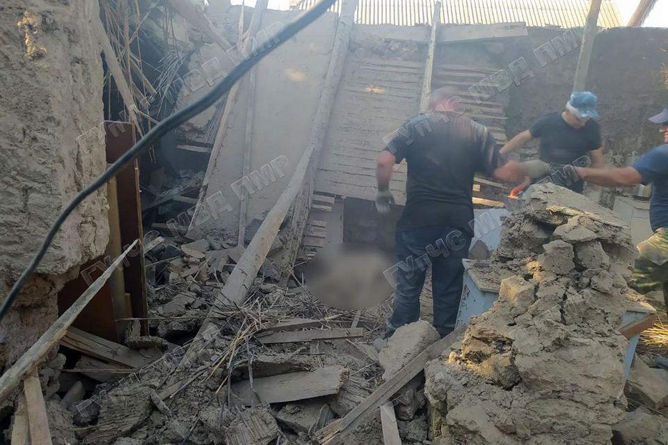 Спасатели извлекли из-под завалов тело погибшего (Фото: МВД Приднестровья).