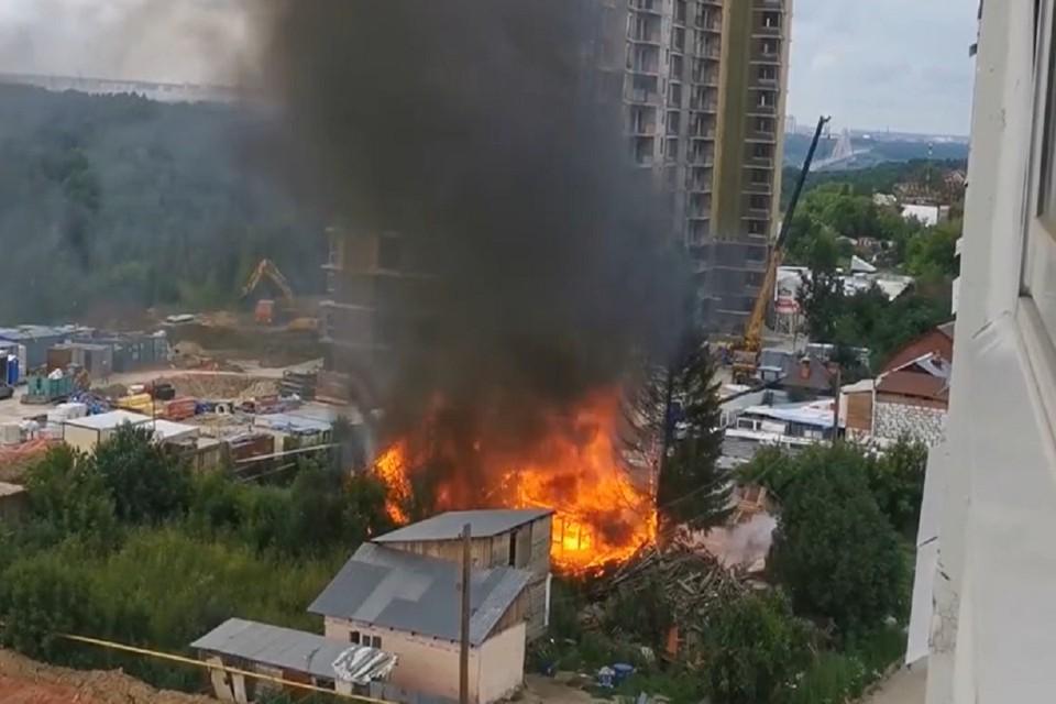 В любой момент огонь мог перекинуться на газовую трубу. Фото: стоп-кадр.