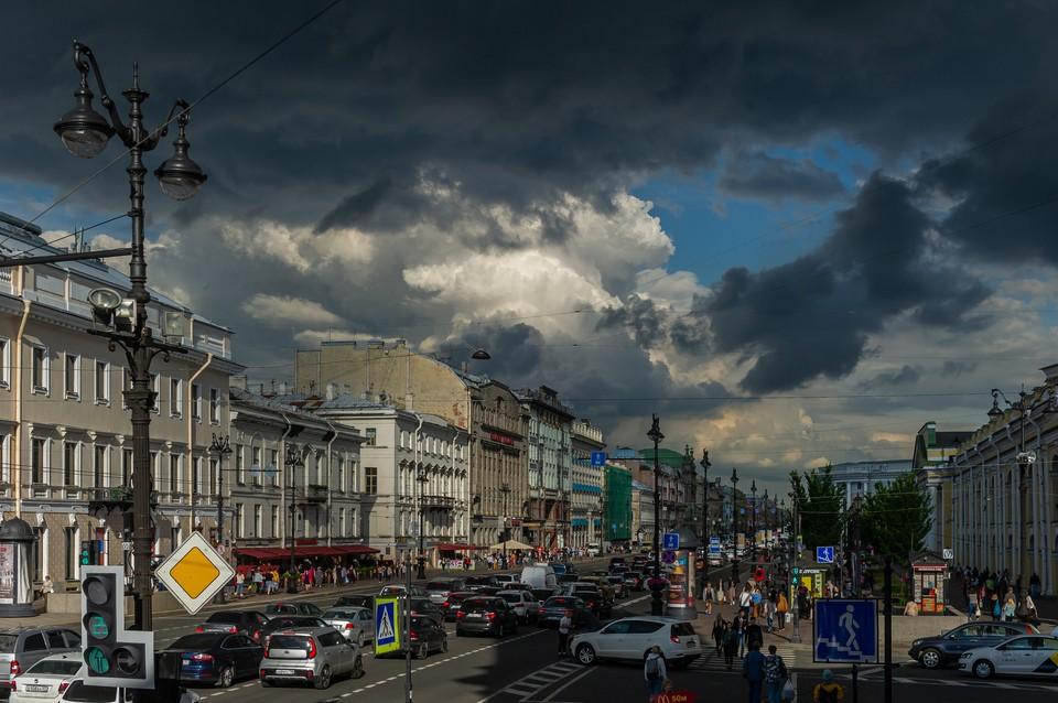 В Петербурге ожидают грозу в воскресенье.