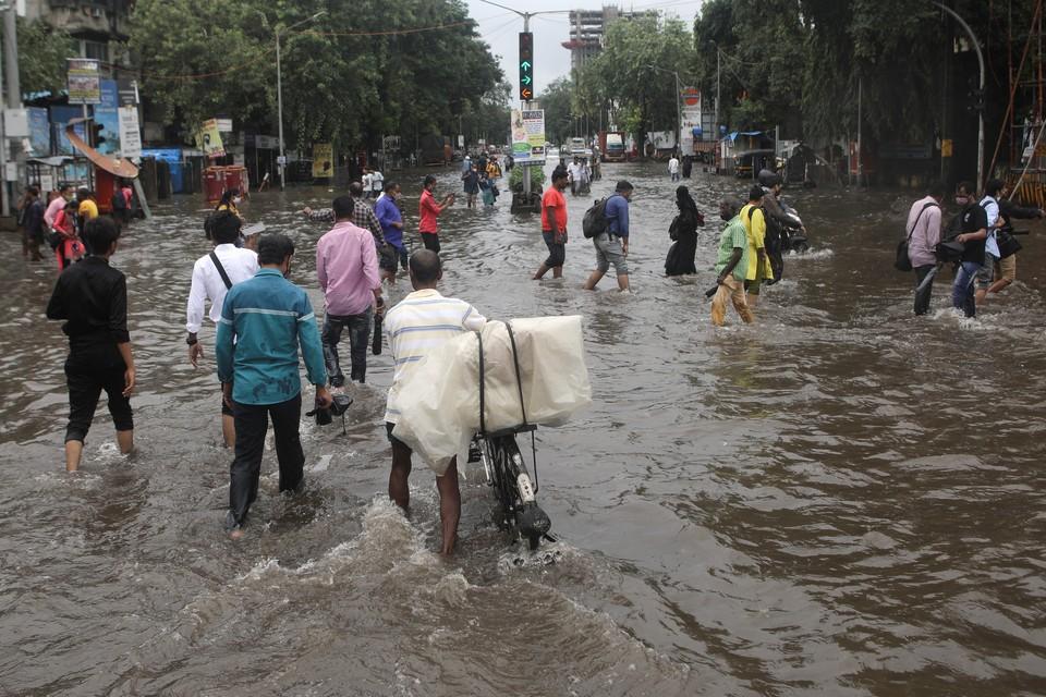 В Мумбаи 15 человек погибли при обрушении зданий из-за ливней