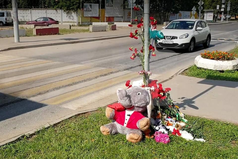 Сейчас на месте аварии появился стихийный мемориал — москвичи несут на улицу Авиаторов цветы и игрушки