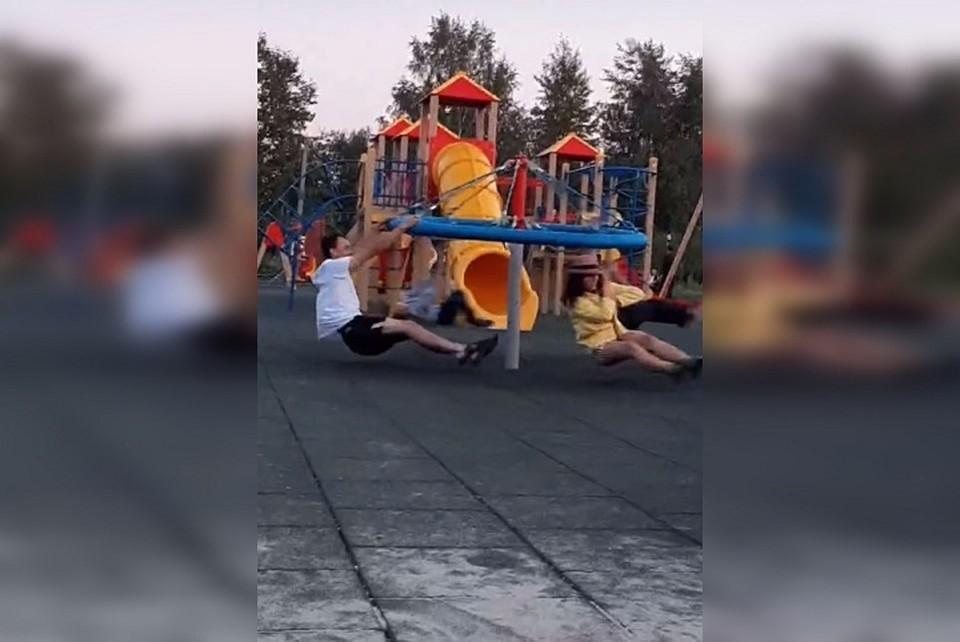 Директор парка призвал сообщать о взрослых, ломающих качели, в полицию Фото: скриншот с видео