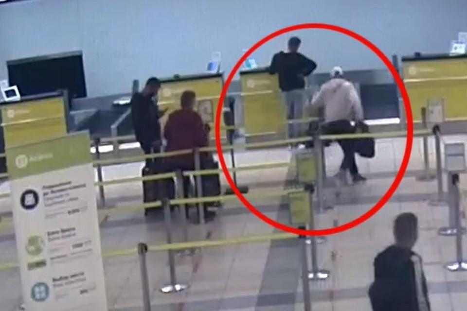 В аэропорту полицейские задержали наркокурьера. Фото: стоп-кадр