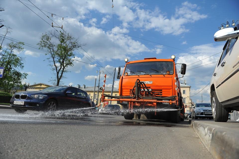 """Волгоградские дороги в жару будут освежать водой. Фото из архива """"КП""""."""