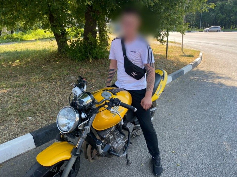 Только паспорт и тату: в Рязани остановили молодого мотоциклиста без прав и шлема.