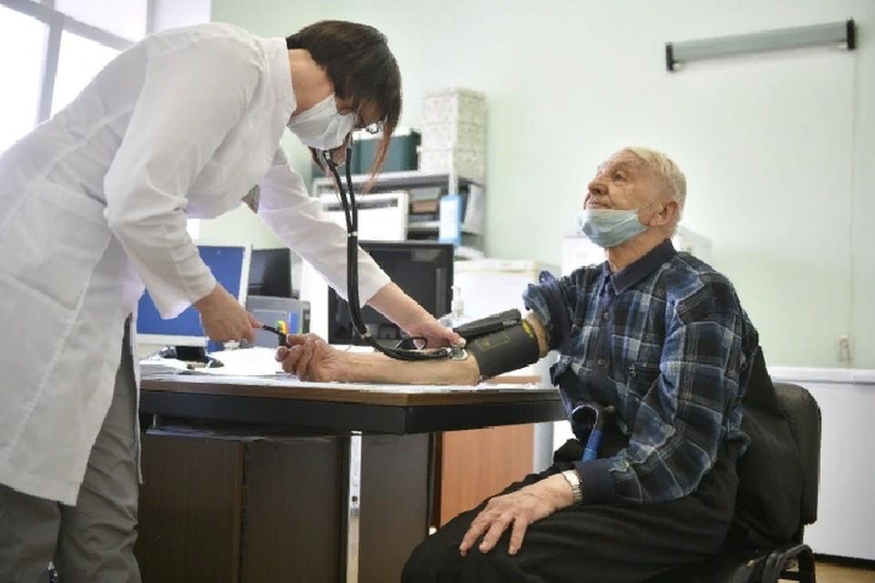В силу возрастных изменений у пожилых людей лечение коронавируса проходит сложнее