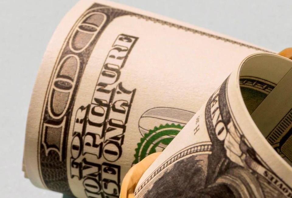 На ближайшие дни курс доллара составит 427,19 тенге