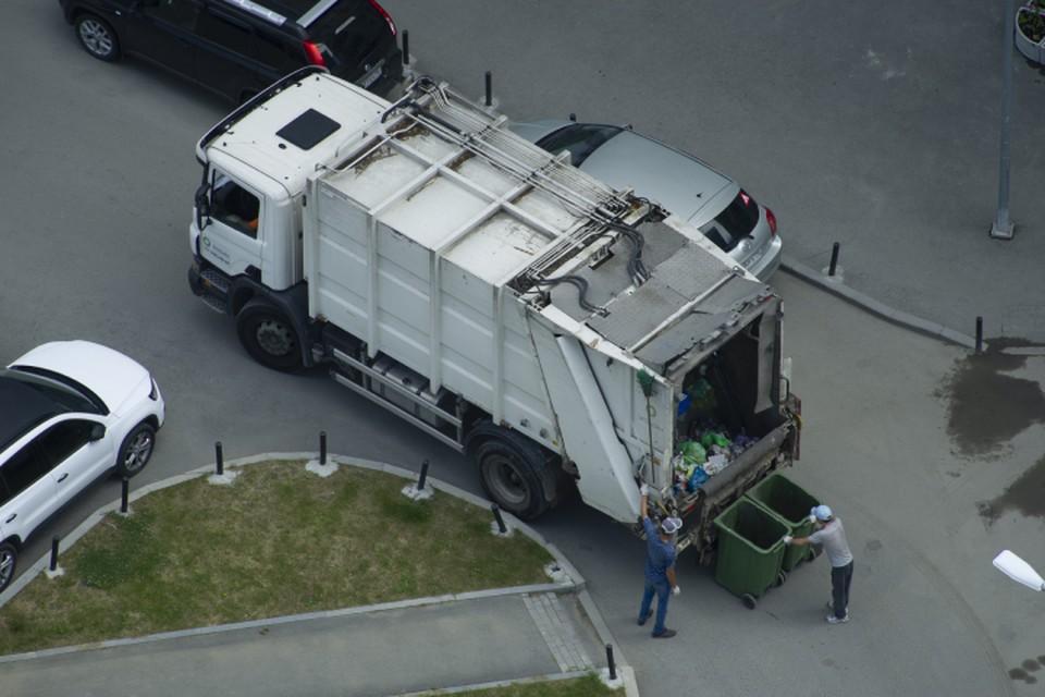 По действующим санитарным правилам подрядчик обязан вывозить мусор в период с 7 до 23 часов вечера.