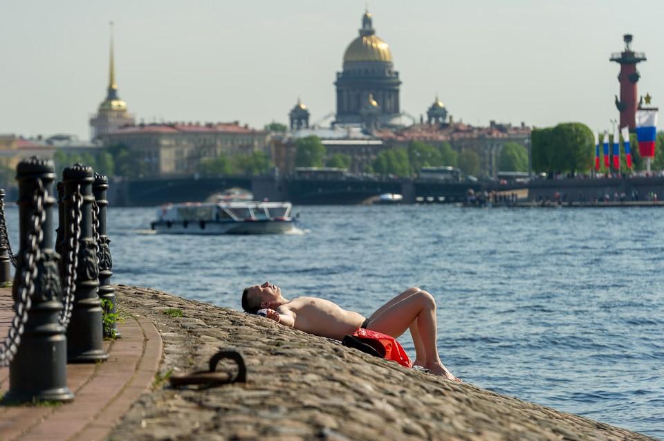 Палящее солнце успело сильно нагреть воду в реках и озерах.