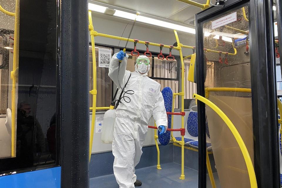 Автобусы обрабатывают дезинфицирующими средствами. Фото: ПТО