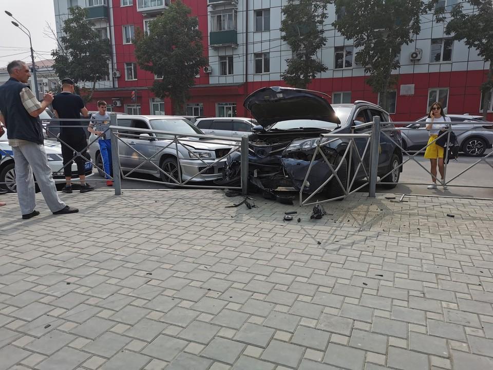 От удара Toyota отбросило на ограждение