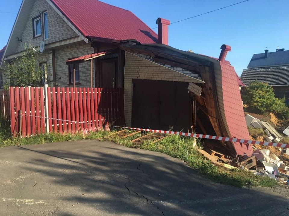 В результате был разрушен гараж, пристроенный к дому.