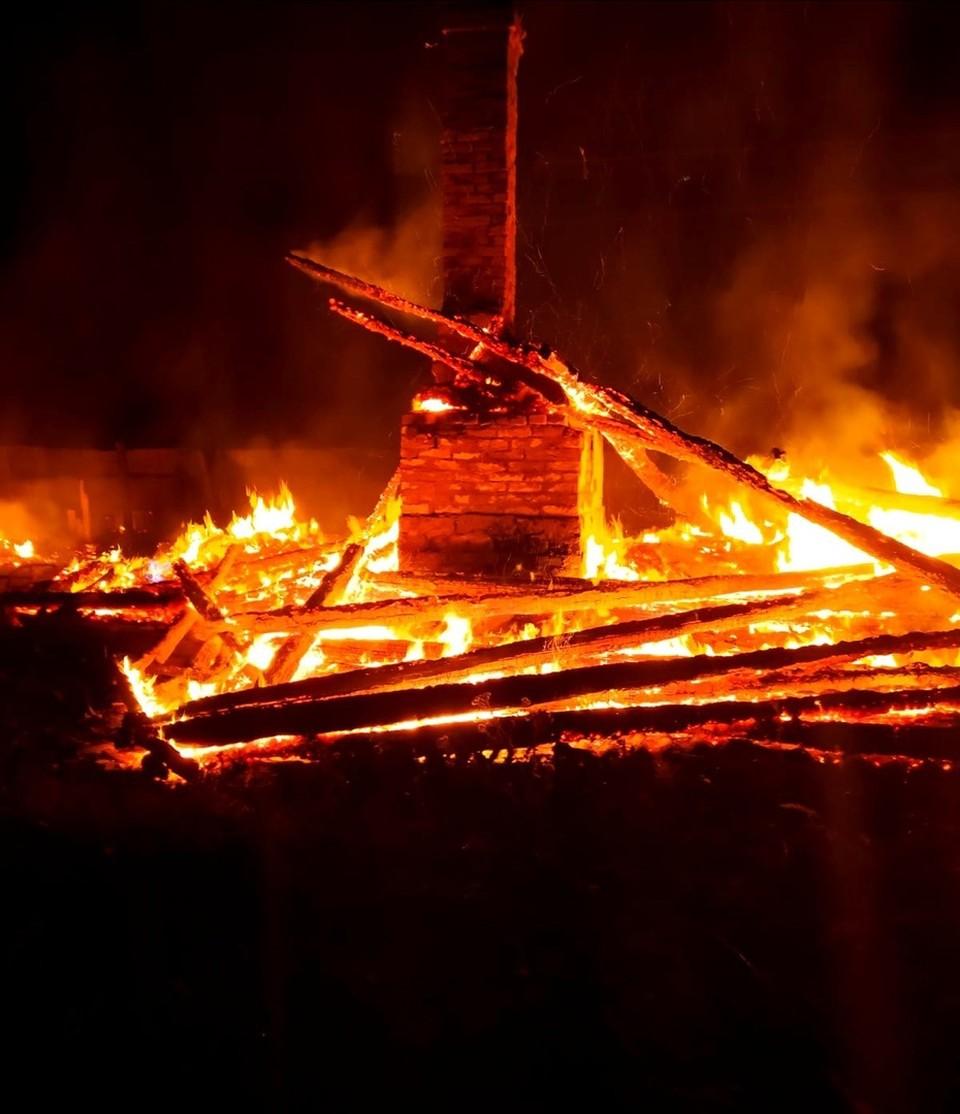 Под Смоленском полностью сгорел жилой дом. Фото: ГУ МЧС России по региону.