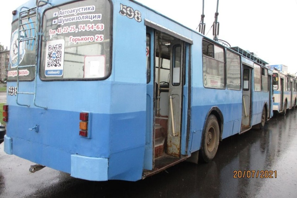 В салоне троллейбуса ЗИУ произошло падение 49-летней женщины. Фото: vk.com/gibdd43