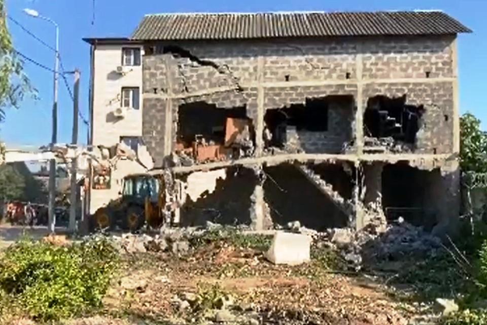 Тяжелая техника рушит здание, из-за которого погибли приставы. Фото: t.me/chp_adler