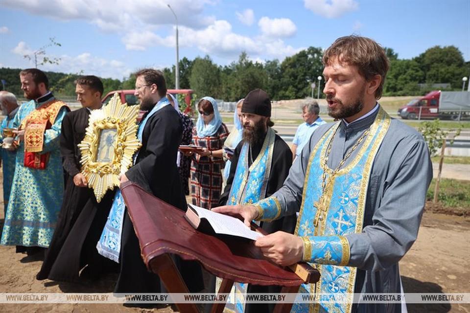 На мосту в Гродно, где ливень разрушил часть откосов, православные священники отслужили молебен. Фото: БЕЛТА