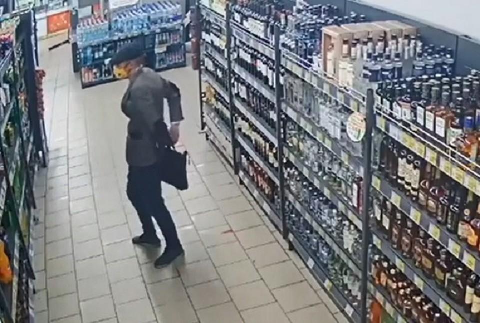 Данил активно принимал в интернете «заказы» на ту или иную марку алкоголя, а также искал себе напарника. Фото: скриншот видео