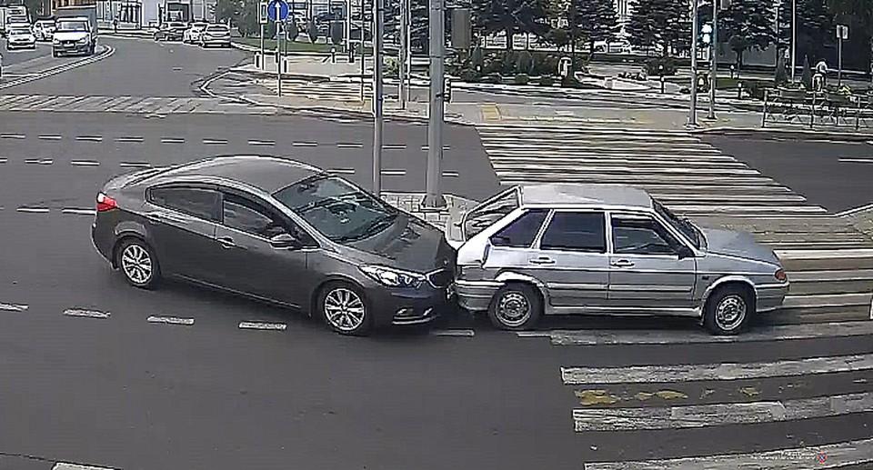 Одна машина притормозила на зебре, а вторая врезалась и толкнула ее вперед. Фото: кадр с видеокамер наблюдения.