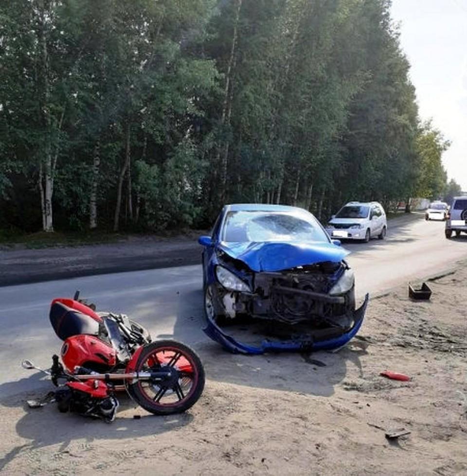 Мотоцикл и его водитель сильно пострадали... Фото: сайт УМВД России по Томской области