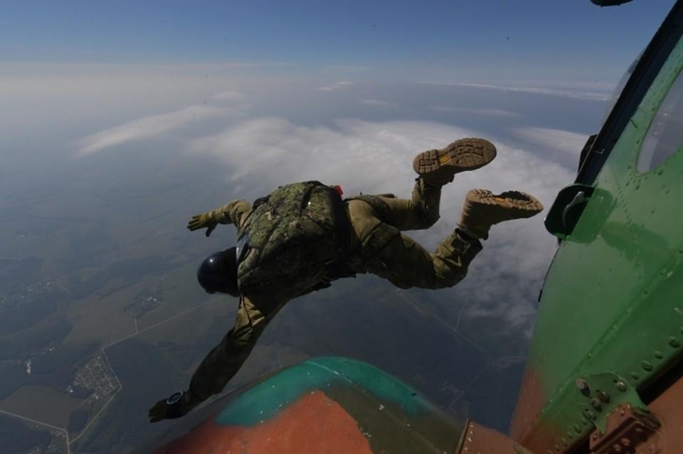 В Москве мужчина травмировался во время прыжка с парашютом
