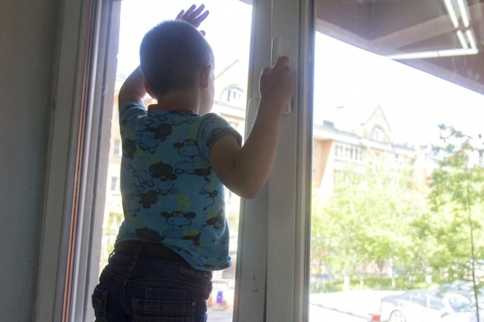 Женщина заметила ребенка в открытом окне и подошла, как оказалось, очень вовремя.
