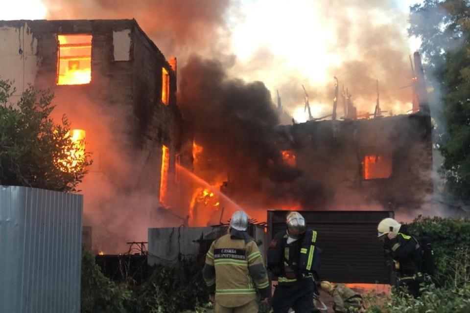 Десятки человек борются с огнем. Фото: ГУ МЧС по Ростовской области