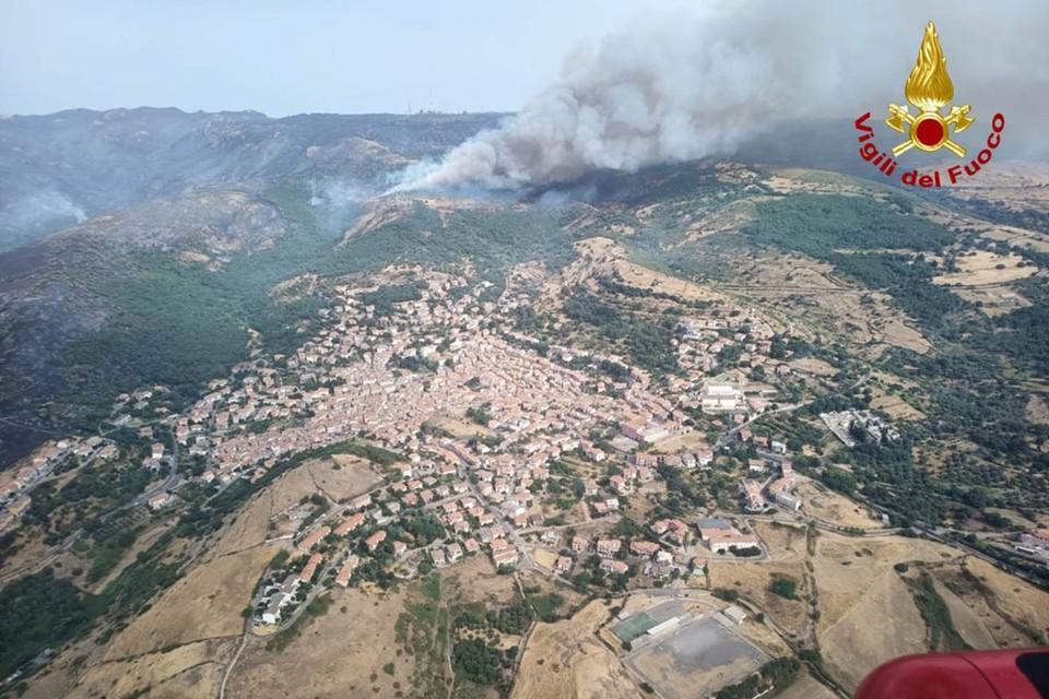 На западе страны бушуют сильнейшие пожары, ведь Сардиния оказалась буквально расплавлена теплыми воздушными массами, накатившими с севера Африки