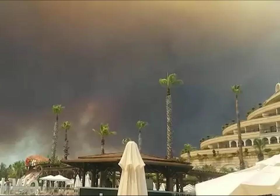 Видео, как туристы купаются в бассейне на фоне огненного неба в Анталье, сняли очевидцы