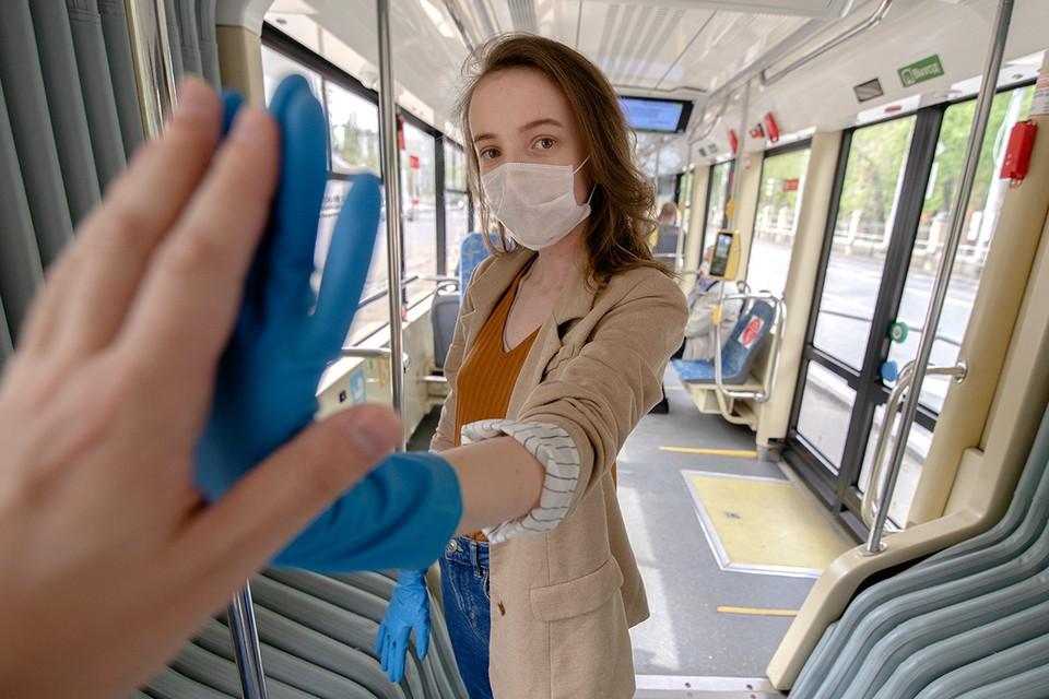 Обязательное ношение перчаток в общественных местах столицы отменяется.