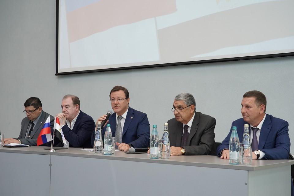 Первые лица подписали акт о запуске уникального производства. Фото: правительство Самарской области