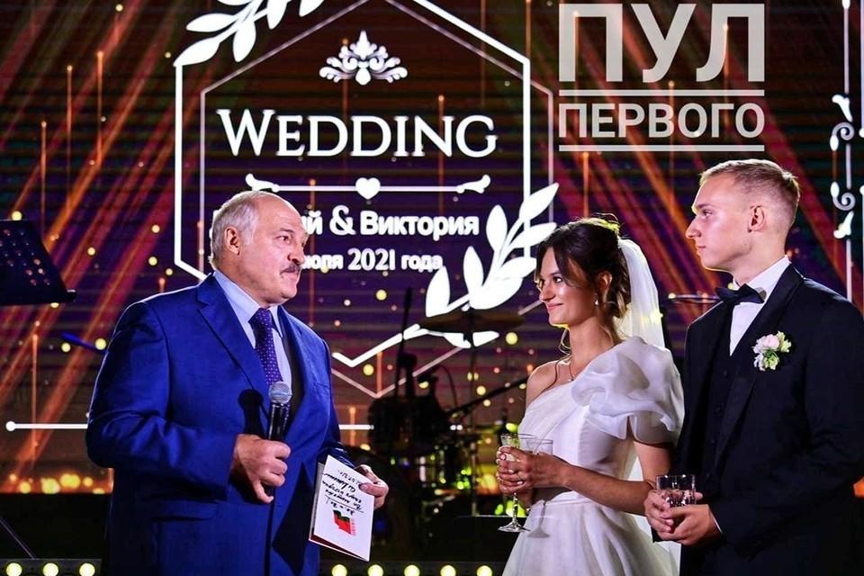 Президент Белоруссии Александр Лукашенко поздравляет свою внучку Викторию и ее избранника с днем свадьбы. Фото: Telegram «Пул первого»
