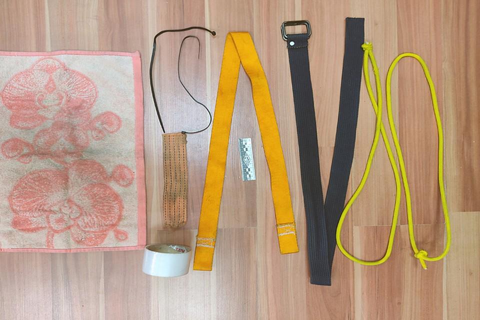 Эти предметы мать и отчим использовали для истязания трехлетней девочки - ее били и связывали. Фото: Следственный комитет.