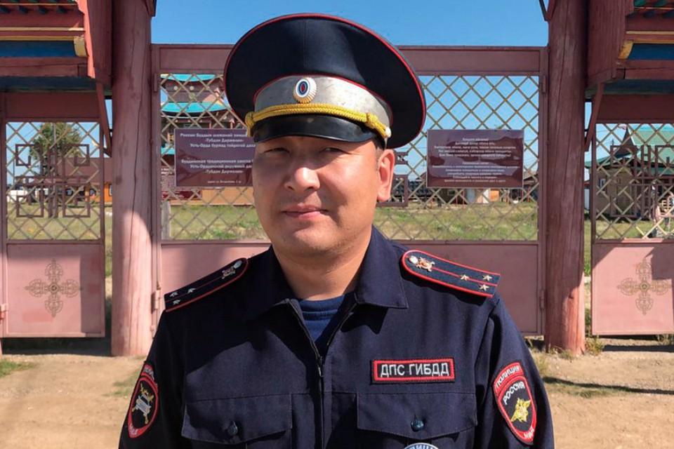 Инспектор ДПС поселка Усть-Ордынский Дмитрий Цыремпилов