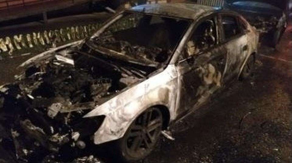 Автомобиль Hyundai Solaris сгорел на улице Академика Петрова в Смоленске. Фото: пресс-служба ГУ МЧС по Смоленской области.