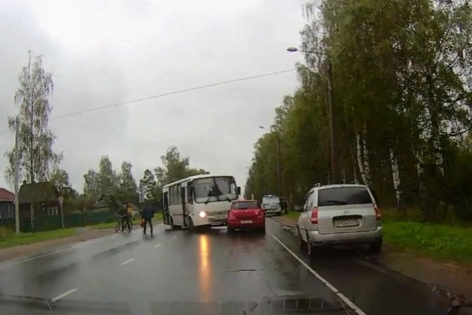 """В Рыбинске под горячую руку пассажиров автобуса, попавшего в ДТП, чуть не угодил велосипедист. Скриншот с видео, группа """"Рыбинск ДТП ЧП"""" ВКонтакте"""