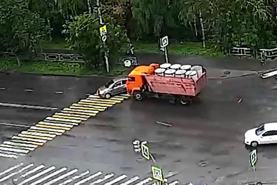 КАМАЗ начал перестроение прямо на перекрестке