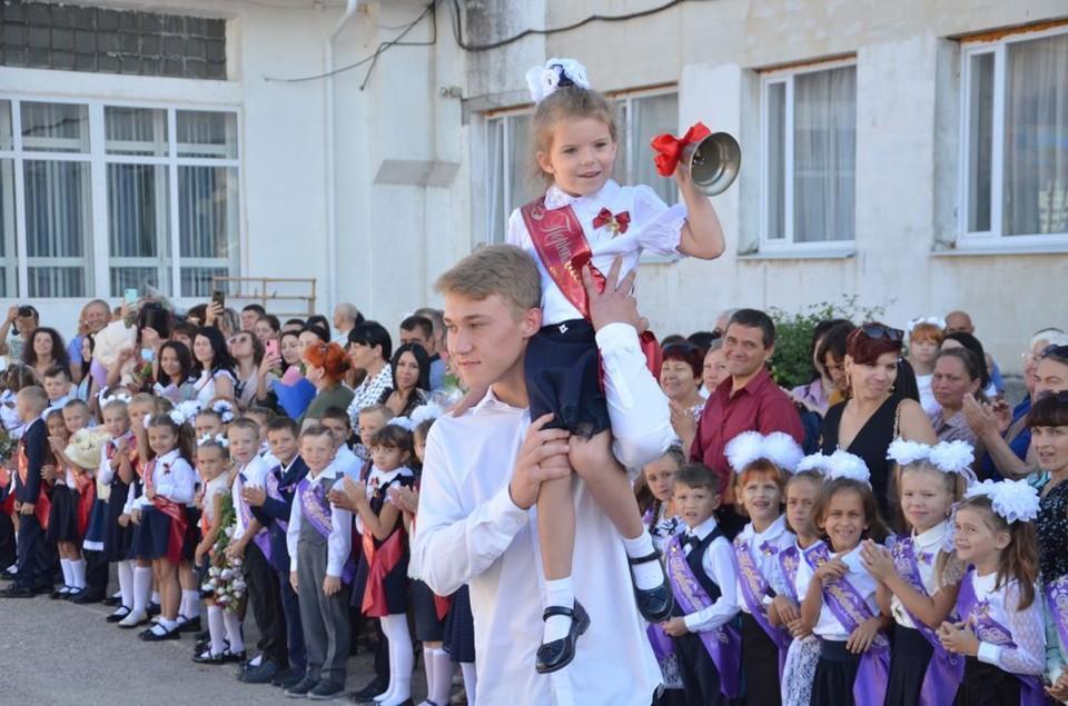 В Севастополе линейки прошли для первоклашек и одиннадцатиклассников