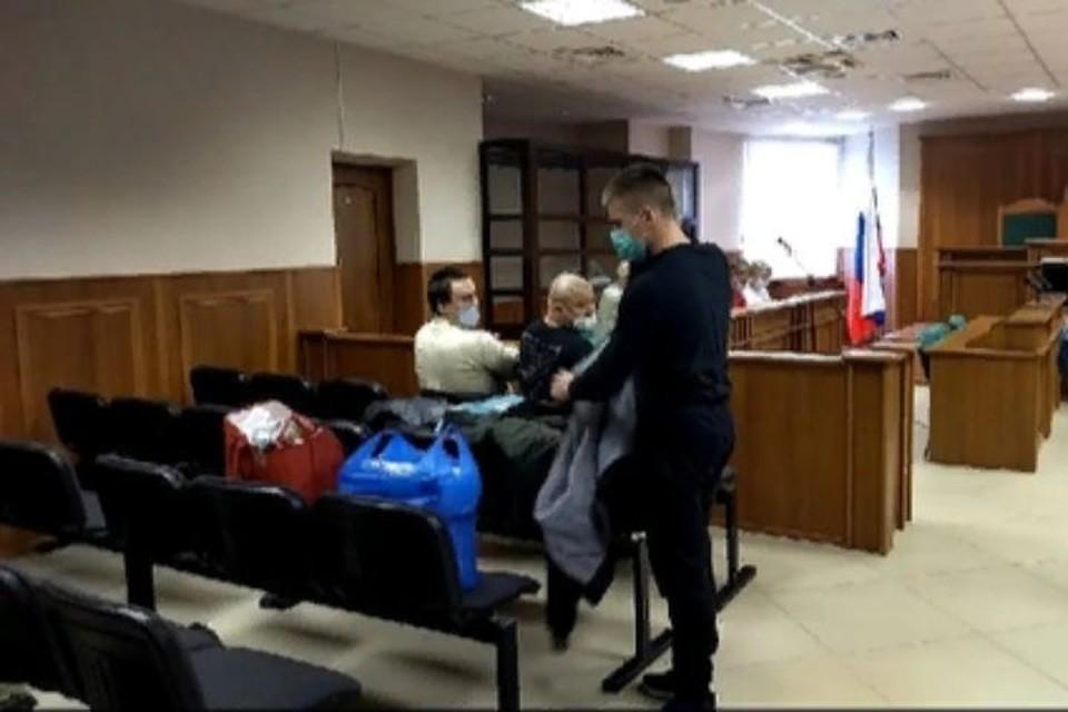 На суд обвиняемые пришли уже с вещами. Скриншот с видео