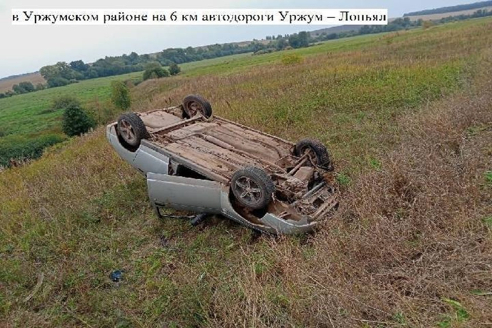 Пьяный водитель не справился с управлением и перевернулся. Фото: vk.com/gibdd43